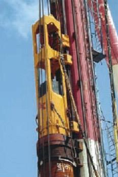 Сваебойная установка BSP CG300 установленная на лидере погружает стальную трубу